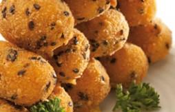 Curry-Huhn-Kroketten mit Serrano-Schinken paniert in Quely Paniermehl mit Sesam