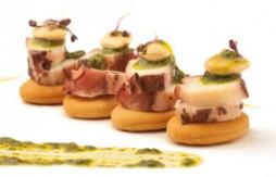 Quely Tapas mit Octopus und Mandel-Pesto-Sauce