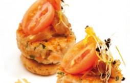 Vollkorn-Tapas-Hamburger mit Lachs, Quinoa (Gartenmelde) und Jungem Spinat