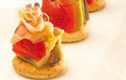Quely Vollkorn-Tapas mit gerösteten Gemüse-Törtchen, geräucherter Goldmakrele und Forellenrogen