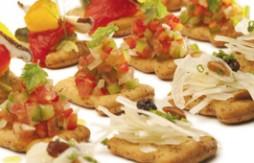 Quely Crackers mit Trempó, mit gerösteten Paprika und Pilzen, und mit Zwiebeln, Rosinen und Pinienkernen