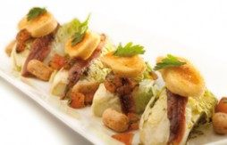 Coeurs de salade aux anchois, fromage de chèvre, Quely Picolines complets au sésame et vinaigrett