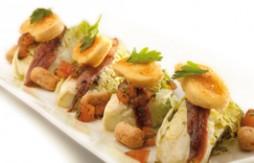 Cogollos con anchoas, queso de cabra, Quely Picolines integrales con sésamo y vinagreta de tomate