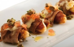 Datteln mit Kalbszunge , Quely Vollkorn-Sesam-Stäbchen, Mahon-Käse und Tomaten-Kapern-Vinaigrette