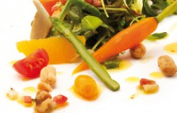 Ensalada de hortalizas, verduras, frutas y Quely Picolines integrales con sésamo
