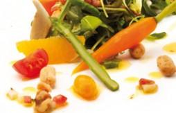 Salat mit Gartenkräutern, Gemüsen, Obst und Quely Vollkorn-Sesam-Stäbchen