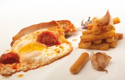 Huevos fritos, lomo de cerdo, patatas fritas y Quely Picos con cebolla