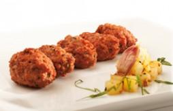 Fleischklößchen gefüllt mit Käse, mit Quely Vollkorn-Sesam-Stäbchen