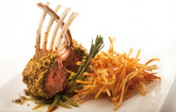 Carré d'agneau en croûte de Quely Picada à l'ail et au persil, aux légumes et aux pommes de terre