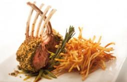 Carré vom Lamm in Kräuterkruste aus Quely Paniermehl mit Knoblauch und Petersilie, mit Gemüse und Kartoffeln