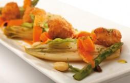 Coliflor rebozada en Quely Picada con ajo y perejil y verduras rehogadas