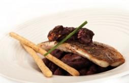 Gegrillte Goldbrasse mit Scampi, Kichererbsen und Knoblauch in Rotwein mit Quely Vollkorn-Palitos (Brotsticks)