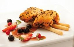 Gefülltes Hühnchen paniert mit Quely Paniermehl mit Sesam und Quely Palitos (Brotsticks) mit Olivenölmit Serrano-Schinken