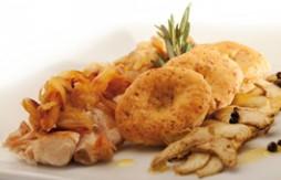 Lende vom Kaninchen mit Zwiebeln, gegrillten Artischocken und Quely Vollkorn Rustikaler Art mit Olivenöl