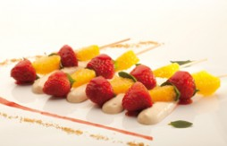 Orange and Strawberry Skewers with Quely María biscuit mousse