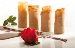 Quely María Keks-Crêpes mit Vanilleeis, serviert mit Schokoladensauce