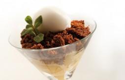 Apfel und Quely María Keks-Crumble mit Kokos-Eis