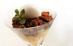 Apple and Quely María biscuit Crumble with Coconut Ice Cream