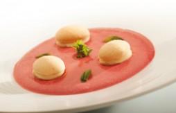 Macaron au Quely Galleto, au citron sur une soupe de framboise