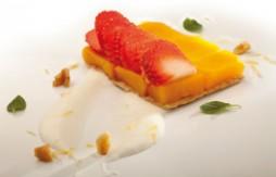 Tarte Tatin au Quely Maria, aux pêches et aux fraises sur une sauce yaourt